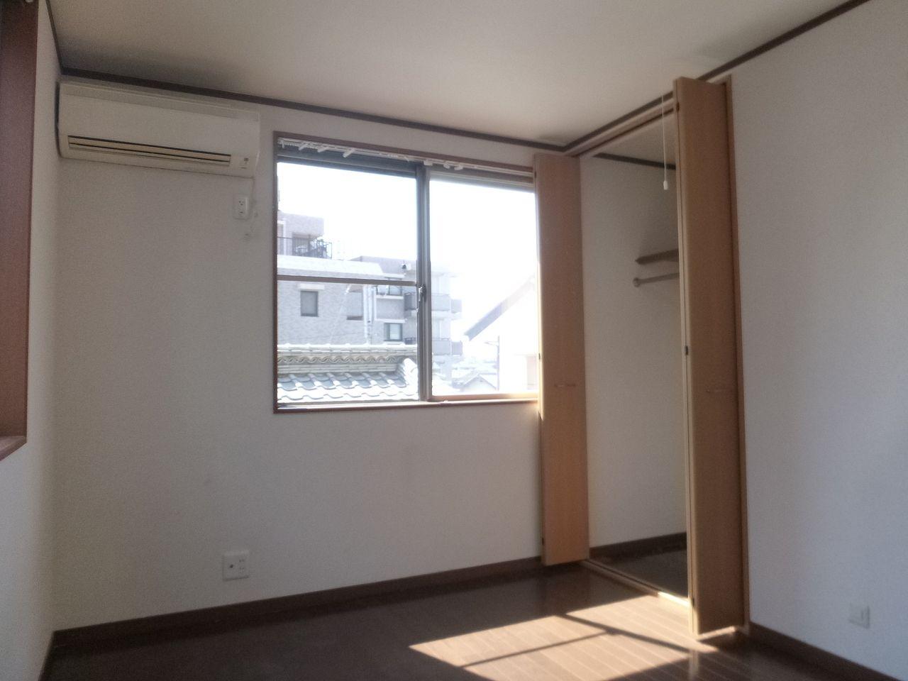 もう一つの2階洋室も6帖。こちらもエアコンつきです。